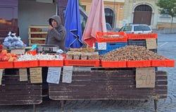 L'homme vend des légumes sur le marché en plein air à Brno, tchèque Photo libre de droits