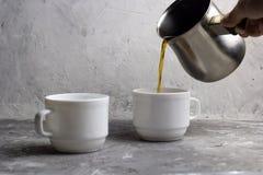 l'homme verse le café du cezve Image libre de droits