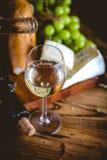 L'homme verse le vin blanc dans les verres Images libres de droits