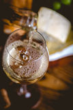L'homme verse le vin blanc dans les verres Image stock