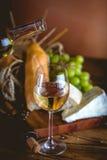L'homme verse le vin blanc dans les verres Photo stock