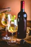 L'homme verse le vin blanc dans les verres Image libre de droits