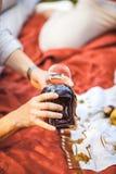 L'homme verse le vin rouge en verre au pique-nique Photographie stock libre de droits