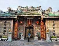 L'homme voyant la porte du temple chinois image stock
