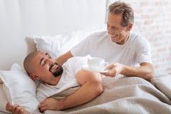 L'homosexuel gai a vieilli le soin d'homme au sujet de son associé Photographie stock