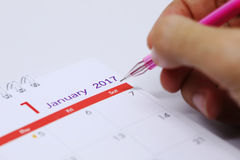 L'horaire de travail d'écriture de main sur le calendrier de bureau Photo libre de droits
