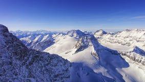 L'horizon à chaînes et la vallée de crêtes dans l'hélicoptère de région de Jungfrau luttent Image libre de droits