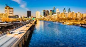 L'horizon d'autoroute urbaine et de Philadelphie de Schuylkill vu du Photos libres de droits