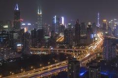 L'horizon de Changhaï la nuit avec la plaza internationale de Shimao et ajustent demain des tours sur le fond Photo stock