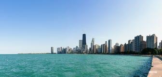 L'horizon de Chicago avec le lac Michigan Images stock
