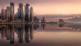 L'horizon de la baie et de la ville occidentales de Doha, Qatar images stock