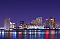 L'horizon de la Nouvelle-Orléans s'est reflété dans le Fleuve Mississippi Image stock