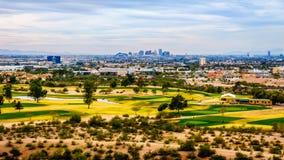 L'horizon de la ville de Phoenix dans la vallée du Sun images stock