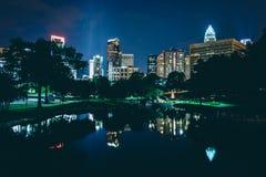 L'horizon de la ville haute et un lac chez Marshall Park la nuit, dans le char Photos libres de droits