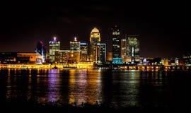 L'horizon de Louisville Kentucky la nuit a tiré de la frontière de l'Indiana Photo stock