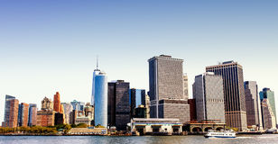 L'horizon de Manhattan, voyant d'un ferry sur le fleuve Hudson Photographie stock