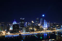 L'horizon de Pittsburgh la nuit Photo stock