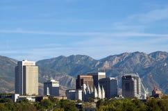 L'horizon de Salt Lake City, Utah a encadré par les montagnes de Wasatch Image stock