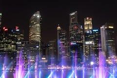 L'horizon de Singapour pendant les spectres lumière et eau montrent Photo stock