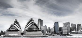 L'horizon de Sydney avec le théatre de l'opéra au premier plan photographie stock libre de droits