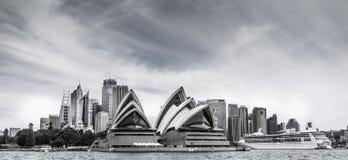 L'horizon de Sydney avec le théatre de l'opéra et le grand bateau de croisière dans t image stock