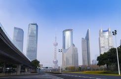 L'horizon de ville de Changhaï et le gratte-ciel moderne au siècle aven photo libre de droits