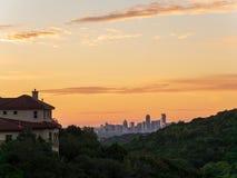 L'horizon a tiré d'Austin Texas en centre ville niché entre les collines pendant le lever de soleil d'or vibrant image libre de droits
