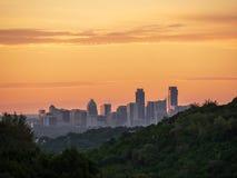 L'horizon a tiré d'Austin Texas en centre ville niché entre les collines pendant le lever de soleil d'or vibrant photo stock