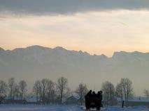 L'horizontal de l'hiver, éclairent à contre-jour, avec le chariot hippomobile Photo stock
