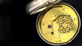 L'horloge antique tournent le plan rapproché de cadran Fond noir Son banque de vidéos