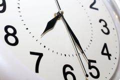 L'horloge blanche avec le noir numérote le plan rapproché images stock