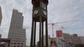 L'horloge célèbre chez Potsdamer Platz en Berlin In Summer, inclinaison vers le haut de tir banque de vidéos