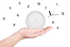 L'horloge cassée sur une paume Photo stock