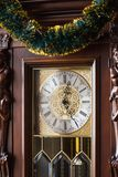 L'horloge de cadran est décorée de la guirlande de nouvelle année image libre de droits