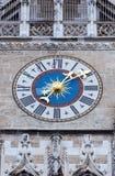 L'horloge de la nouvelle ville hôtel dans Marienplatz, Munich, Allemagne Images libres de droits