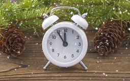 L'horloge de Noël est un réveil blanc avec un équilibre d'hiver Image libre de droits