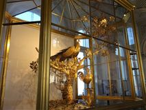 L'horloge de paon est un objet exposé unique de l'ermitage photo stock