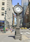 L'horloge de trottoir de fonte sur la 5ème avenue NYC Photo stock