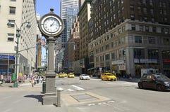 L'horloge de trottoir de fonte sur la 5ème avenue NYC Images libres de droits
