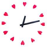 L'horloge est effectuée aux coeurs rouges de papier Images stock