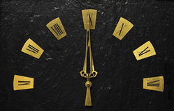 L'horloge noire avec les bras d'or l'indiquant a lieu au sujet de temps photo libre de droits