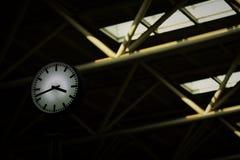 L'horloge noire et blanche à morden la station de train Photos stock