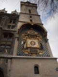 L'horloge parisienne la plus ancienne accrochant sur le mur du Conciergerie photographie stock