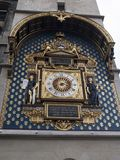 L'horloge parisienne la plus ancienne accrochant sur le mur du Conciergerie images stock