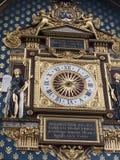 L'horloge parisienne la plus ancienne accrochant sur le mur du Conciergerie photographie stock libre de droits