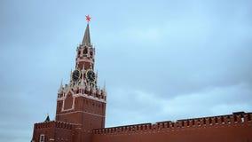 L'horloge principale de Moscou Kremlin a appelé Kuranti sur la tour de Spasskaya Grand dos rouge clips vidéos