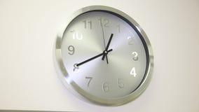 L'horloge sur le mur blanc banque de vidéos