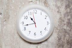 L'horloge sur le mur texturisé Image libre de droits