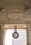 L'horloge sur un fond de passage classique Photo libre de droits