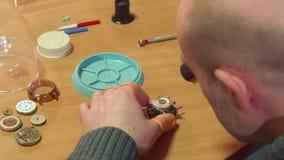 L'horloger démonte l'horloge photos libres de droits